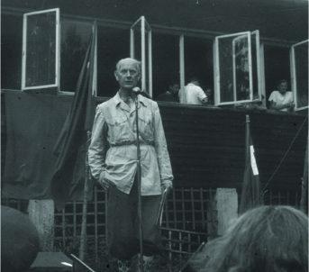 Formann i jubileumskomiteen Einar Gerhardsen ved overrekkinga av Utøya som gåve til AUF ved 50-årsjubileet i august 1950.