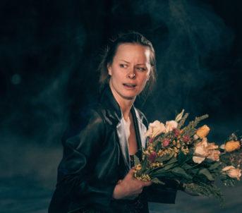 Anna er dotter til Carol, og har store sjelelege sår etter moras psykiske sjukdom og sjølvmord.