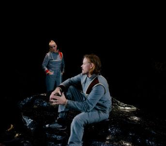 Her møter ho Dr. Sartorius og Dr. Snow, som oppfører seg svært merkeleg.