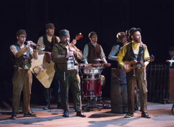 I kostyme i lag med medmusikantar i Spelemann på taket.
