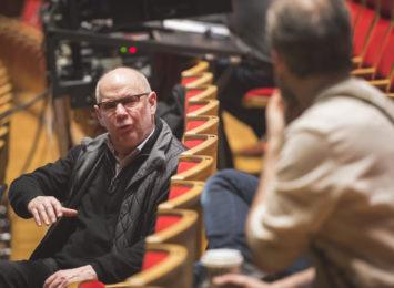 Bentein Baardson har hatt regien på Slåttekar i himmelen. Her frå prøvane i mars 2020, i diskusjon med Jon. Foto: Erik Berg