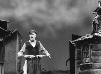 Rolla Lasse Kolstad kanskje er mest kjend for - og spelte både i 1968 og 1987 - Tevje i Spelemann på taket.