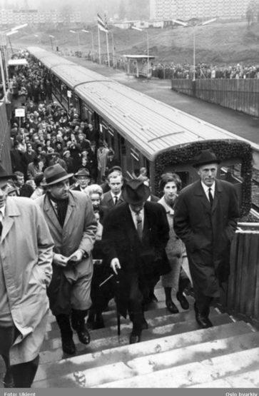 Grorudbanen opnar i oktober 1966. Politikarar og dignitærar på Grorud endestasjon. Mange folk har møtt opp. Foto: Ukjent/Oslo Byarkiv