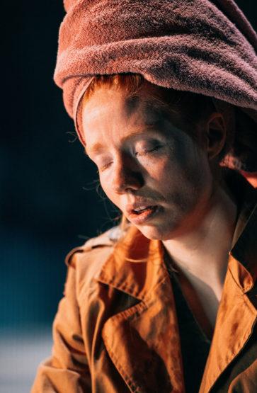 Bonnie kjenner tyngda av arven frå dei to generasjonane over. Både mora og bestemora tok livet av seg.