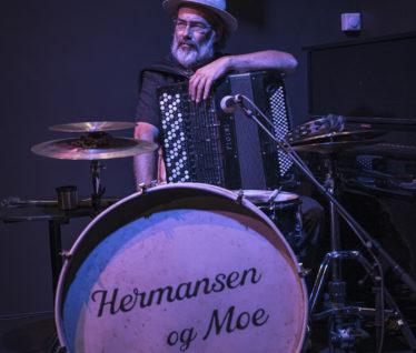 Musikar Espen Leite er hans musikalske sidekick; Hermansen.