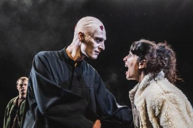 Sara som Eva i Den knuste krukka av Heinrich von Kleist, 2019.