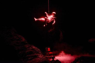 Psykologen Kris Kelvin blir sendt til romstasjonen på planeten Solaris, som har vore utan samband med jorda i to år. Ho skal hente mannskapet heim.