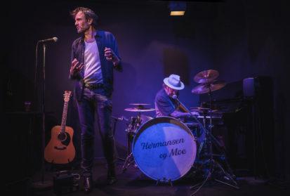 Lasse Kolsrud spelar den pensjonerte sjømannen og trubaduren Lauritz Moe.