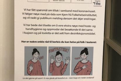 Infoplakat i foajeen: Premiereetikette i koronaens tid
