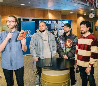 """Jonathan Castro, Don Martin og Felipe """"Fela"""" Castro blir intervjua av formidlingsansvarleg Erlend Tårnesvik Dreiås før dei skulle spele framsyninga Blokk til blokk, som opna Rommen Scene."""