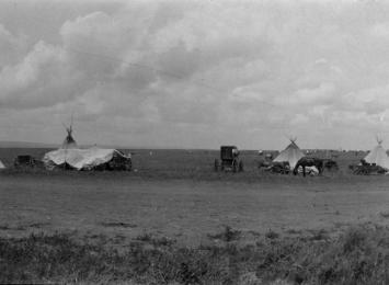 Bilete av indianarleir ved Sisseton i Midt-Vesten, USA, der noko av familien til Edvard Hoem enda opp. Foto: Stavig House Museum/Romsdalsmuseets fotoarkiv.