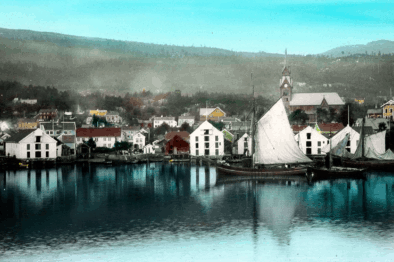 Handkolorert bilde frå Molde i slåttekaren Nesjes tid, ca. 1890. Foto: Kirkhorn/Romsdalsmuseets fotoarkiv