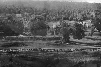 Småbruk i Rekneslia med Kringsjå bak til venstre og hesjer i front. Foto: Romsdalsmuseets arkiv.