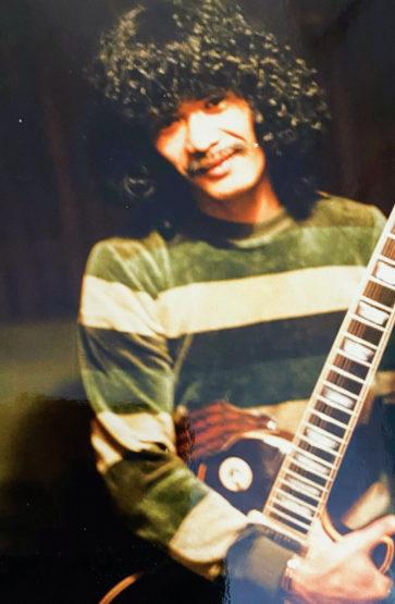 Pappa Braza med gitaren. Foto: Privat