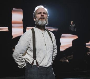 Romsdalsalpene, som vi ser i bakgrunnen, er eit gjennomgåande tema i scenografien til Arne Nøst.