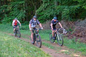 Miehet maastopyöräilemässä
