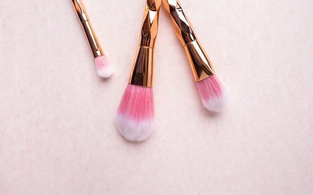 Kultaiset meikkisiveltimet.
