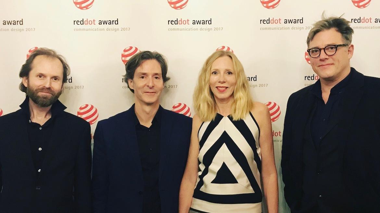 Designerne Stein Øvre, Marc Ligeti, Heidi Bakken og kreativ leder Stein Sørlie fra da de tok imot Red Dot-prisen for DOGA-profilen i oktober 2017.
