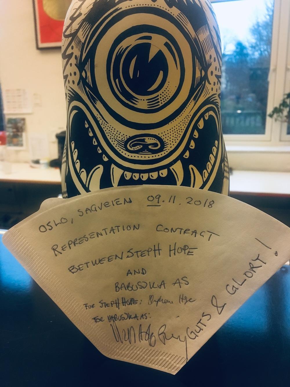 Servietten(kaffefilteret) er signert, og Steph er nå knyttet til Babusjka gjennom en lovnad om Guts&Glory