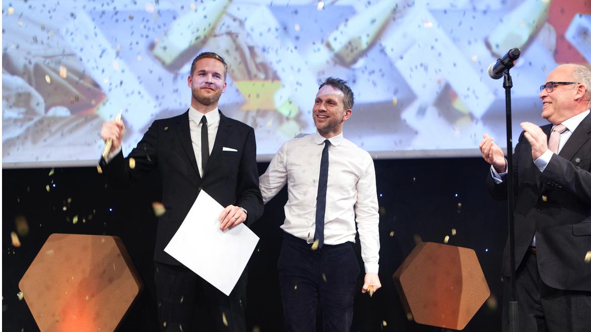 Egil og Lars Joachim mottar Kreativt Forums ærespris, delt ut av bransjeveteran Ingebrigt Steen Jensen. Foto: Tor Lie