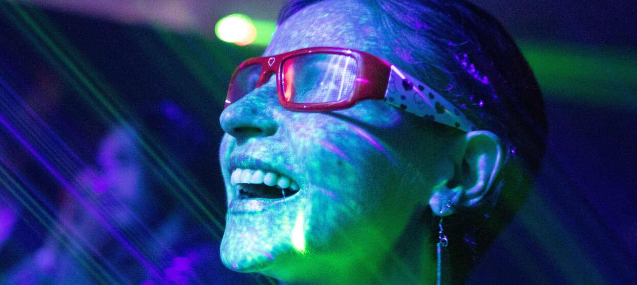 Pige med briller i neonlys