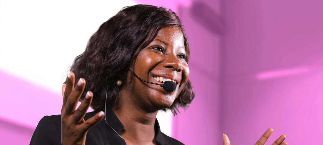 Kvindelig konferencetolk deltager i en konference