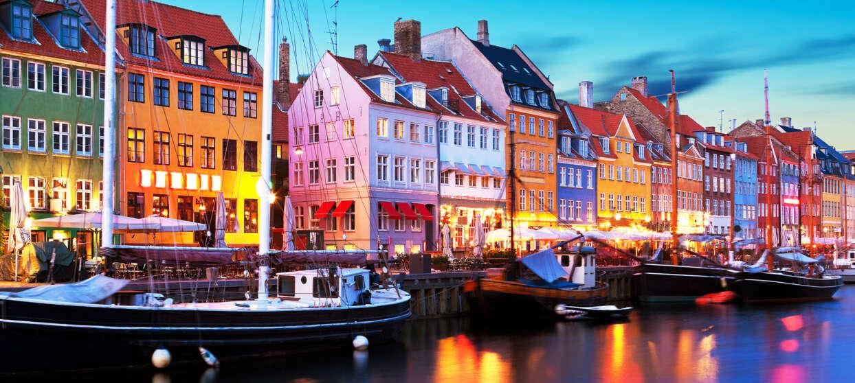 Nyhavn i Köpenhamn i kvällsljus