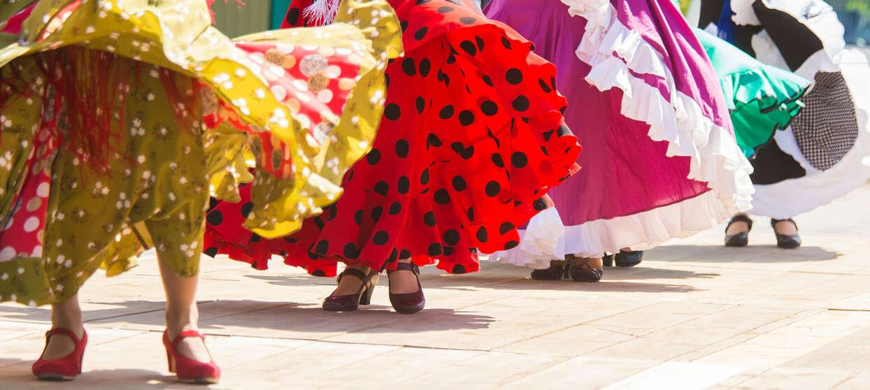 Fyra kvinnor i flamencoklänning