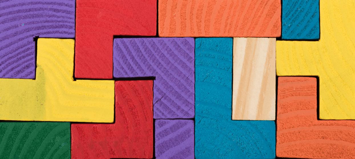 Olikfärgade klossar som har passats ihop med varandra