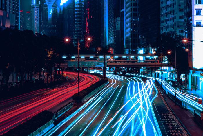 Storby som er opplyst av neonlys