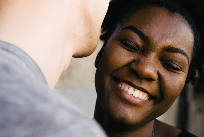 Smilende kvinne